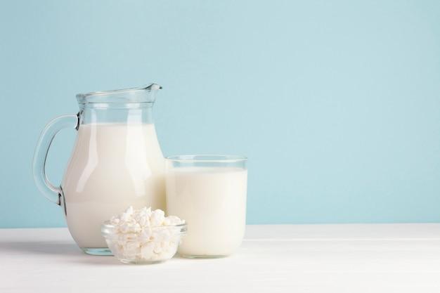 Milchkrüge auf blauem hintergrund Premium Fotos