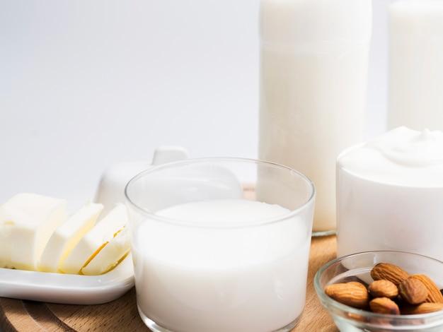 Milchprodukte auf einem tablett Kostenlose Fotos
