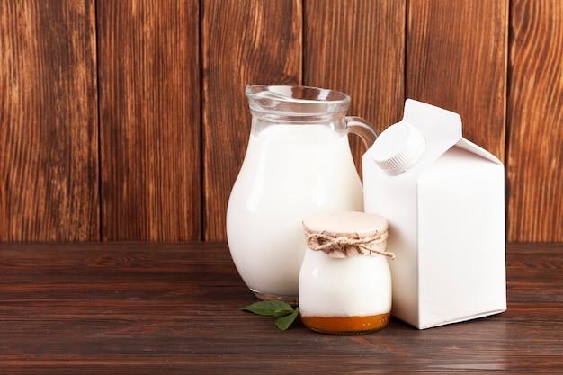 Milchprodukte auf holztisch Kostenlose Fotos