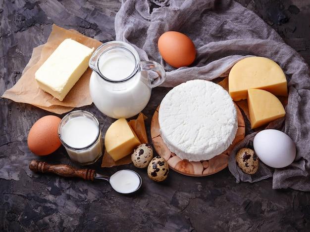 Milchprodukte. milch, hüttenkäse, sauerrahm, butter, eier. selektiver fokus Premium Fotos