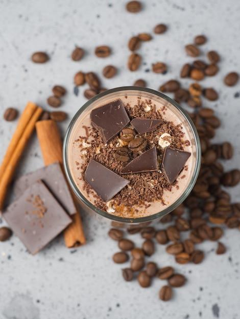 Milchschokolade smoothie mit kakaonusszimt Premium Fotos