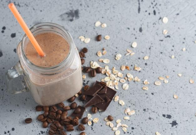 Milchshake schokoladenkaffee frühstückssmoothie mit haferflocken und zimt Premium Fotos