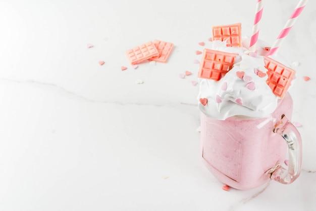 Milchshake zum valentinstag mit rosa schokolade Premium Fotos