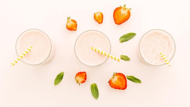 Milchshakes mit halben erdbeeren und pfefferminz Kostenlose Fotos