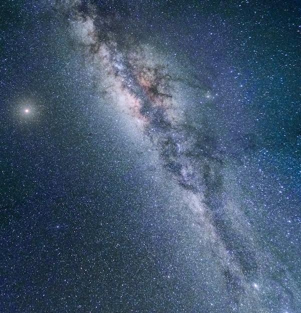 Milchstraße-galaxie nachtbunte landschaft Premium Fotos