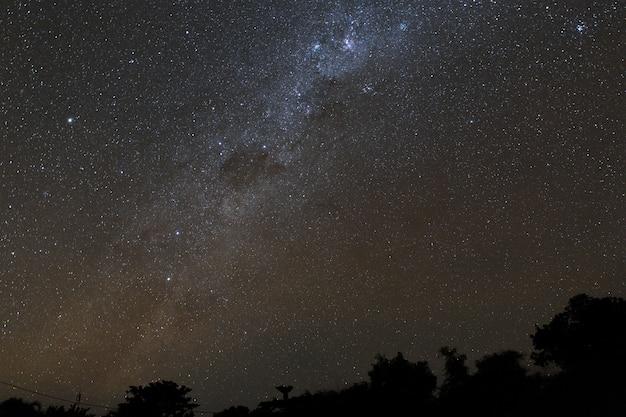 Milchstraße und sternenklarer nächtlicher himmel über den bergen auf der insel von bali. Premium Fotos
