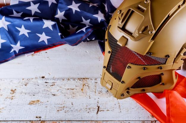 Militärhelme und amerikanische flagge am veteranen- oder erinnerungstag Premium Fotos