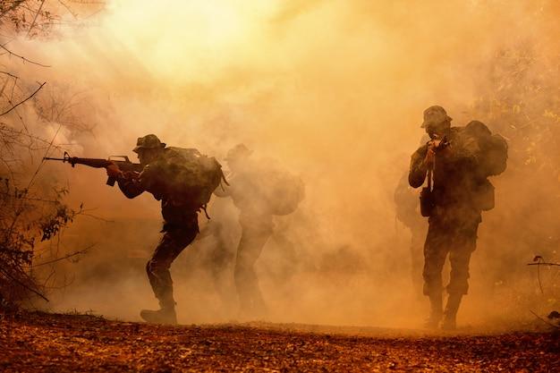 Militärische silhouetten auf dem schlachtfeld. Premium Fotos