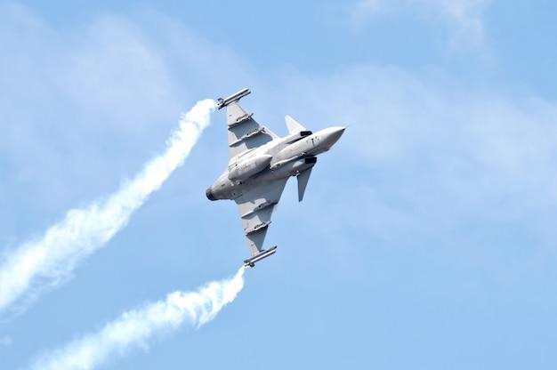 Militärkampfflugzeug auf blauem himmel Premium Fotos