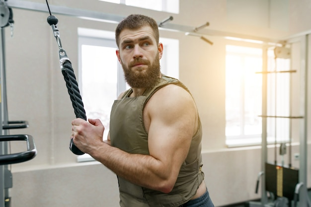 Militärsport, muskulöser kaukasischer bärtiger erwachsener mann, der übungen tut Premium Fotos