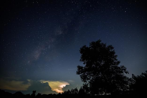 Milkyway und lightning sky in der nacht Premium Fotos