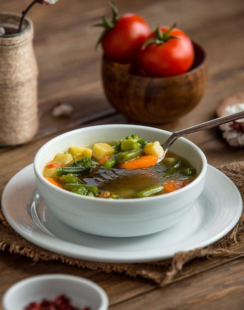 Minestrone suppe auf dem tisch Kostenlose Fotos