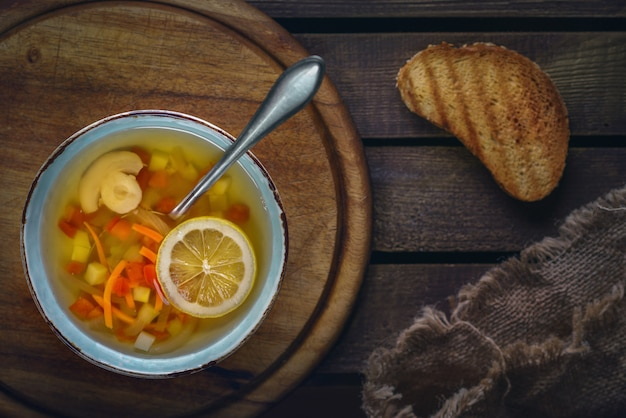 Minestrone-suppe mit toast Premium Fotos