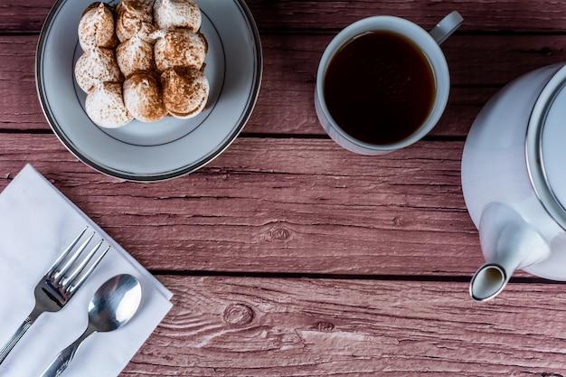 Mini schokoladenkuchen und eine tasse tee. Premium Fotos