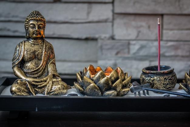 Mini, schreibtisch-zen-garten mit brennender kerze und kleinem buddha. Premium Fotos