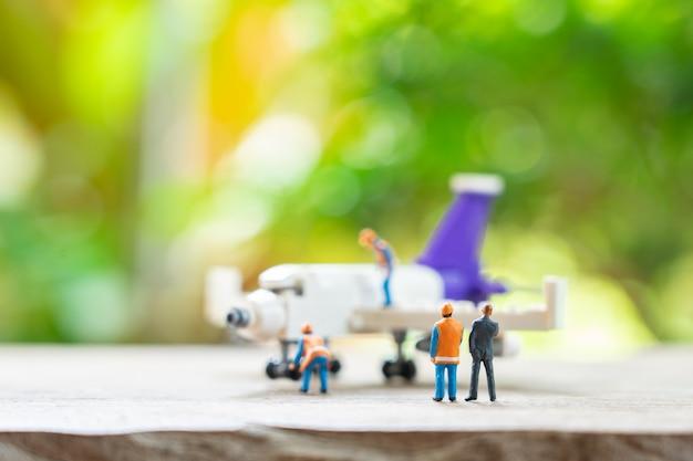 Miniatur der bauarbeiter-maschinenbauingenieur reparatur Premium Fotos