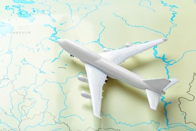 Miniatur eines passagierflugzeuges, das auf eine karte fliegt Premium Fotos