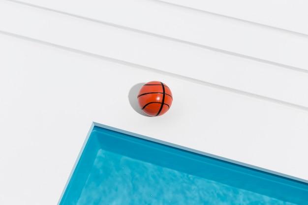 Miniatur-pool-stillleben-arrangement mit basketball Kostenlose Fotos