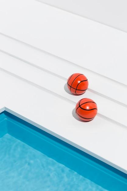 Miniatur-pool-stillleben-sortiment mit basketbällen Kostenlose Fotos