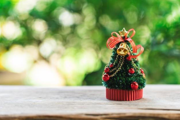 Miniatur-weihnachtsbaum feiern sie weihnachten Premium Fotos