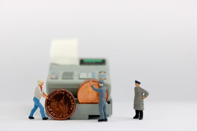 Miniaturarbeiter mit münzenstapel. Premium Fotos