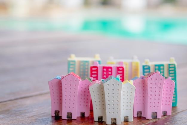 Miniaturhaus auf hölzernem hintergrund Premium Fotos