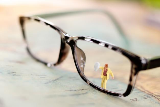 Miniaturleute: arbeitskraftreinigungs-brille. Premium Fotos