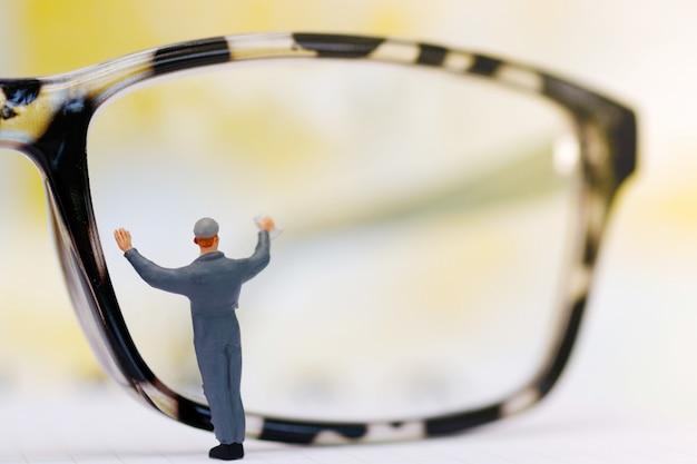 Miniaturleutearbeitskraftreinigung mustert gläser. geschäft Premium Fotos
