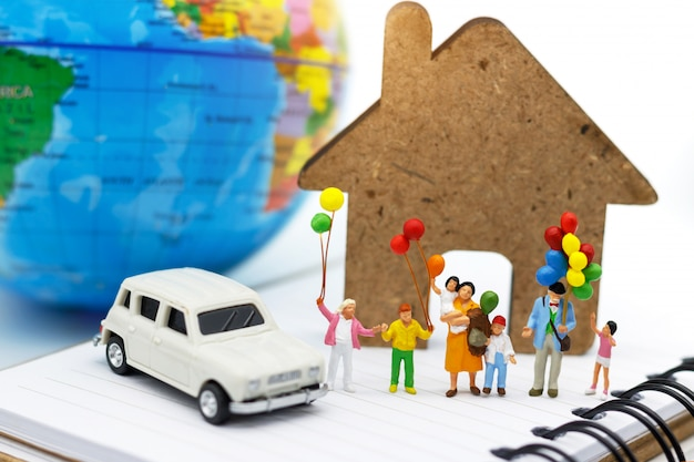 Miniaturmenschen, familien und kinder vergnügen sich mit bunten luftballons. Premium Fotos