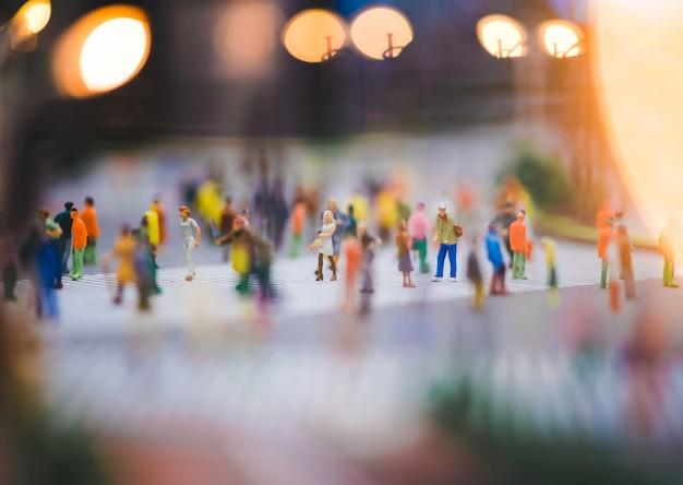 Miniaturmenschen gehen auf straßen, menschen bewegen sich über den fußgängerübergang Premium Fotos