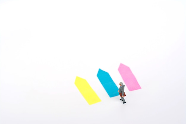 Miniaturmodell des geschäftsmannes trifft entscheidungen für die zukunft. Premium Fotos
