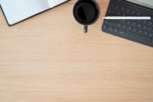 Minimale arbeitsplatztablette, intelligente tastatur und kopienraum Premium Fotos