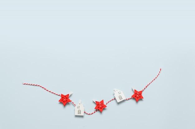 Minimale karte der frohen weihnachten und der frohen feiertage mit dekor auf blauem hintergrund. neujahr. flache laien kreative idee design Premium Fotos