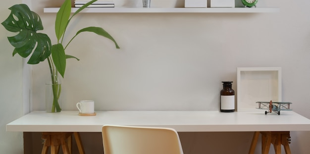 Minimaler arbeitsbereich und verspotteter schreibtisch mit büromaterial Premium Fotos