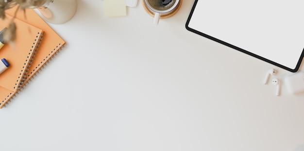 Minimaler arbeitsplatz mit kopienraum und laptop des leeren bildschirms Premium Fotos