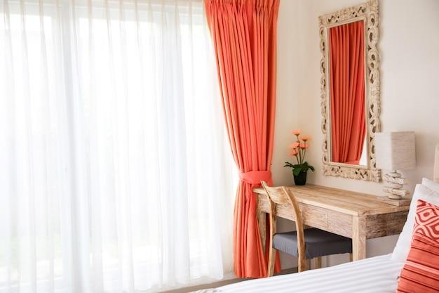 Minimalistic moderner innenraum des schlafzimmers. lebendes korallenrotes dekorkonzept. Premium Fotos