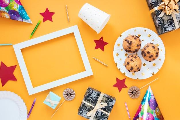Minimalistische anordnung der draufsicht mit geburtstagsgeschenken und kleinen kuchen Kostenlose Fotos