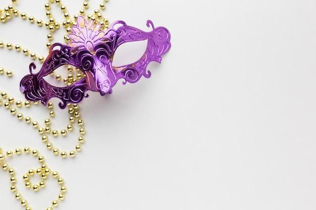 Minimalistische violette masken mit perlen Premium Fotos