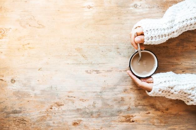 Mischender kaffee der erntehand mit löffel Kostenlose Fotos