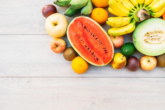 Mischfrüchte mit apfelbananenorange und anderem Kostenlose Fotos