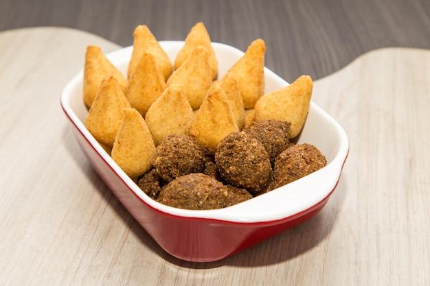 Mischung aus brasilianischen gebratenen mini-snacks Premium Fotos