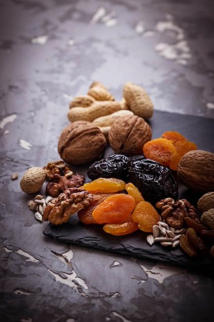 Mischung aus getrockneten früchten, nüssen und samen Premium Fotos