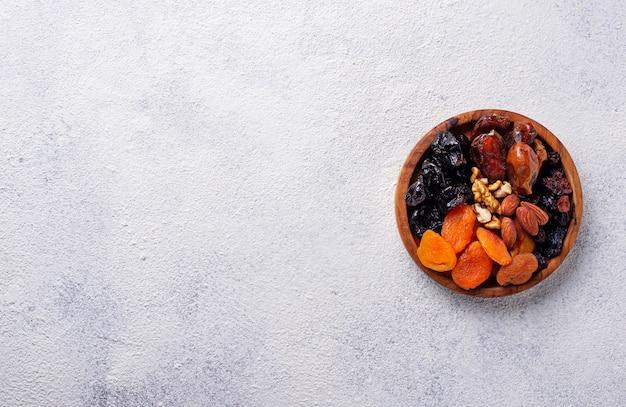 Mischung aus trockenfrüchten und nüssen in der platte Premium Fotos