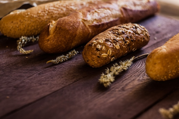 Mischung der art der stangenbrote auf einem holztisch. bäckereiprodukte. Premium Fotos