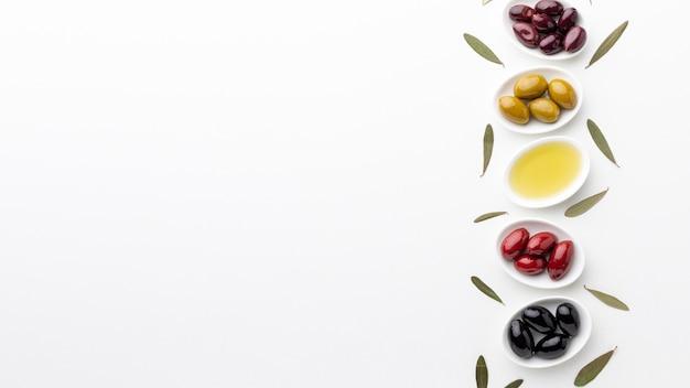 Mischung von schwarzen roten grünen purpurroten oliven und von öl mit kopienraum Kostenlose Fotos