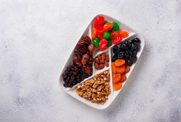 Mischung von trockenfrüchten und von nüssen in der platte Premium Fotos