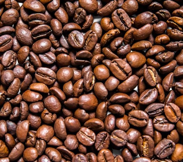 Mischung Von Verschiedenen Arten Von Kaffeebohnen. Kaffee Hintergrund.  Geröstete Kaffeebohnen. Kaffeebohnen Isoliert Auf