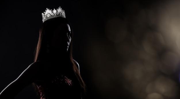 Miss pageant contest-silhouette mit diamantkrone Premium Fotos