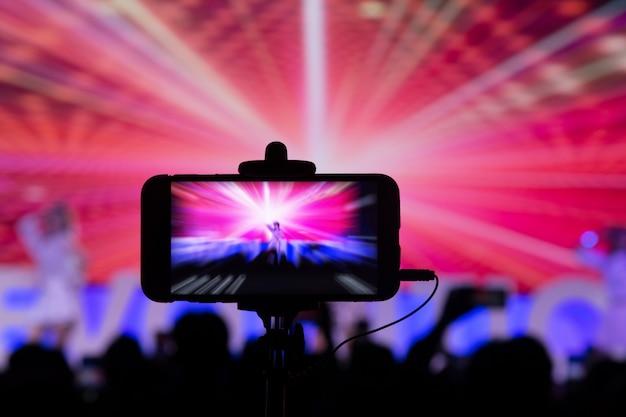 Mit dem smartphone im konzert fotografieren Premium Fotos