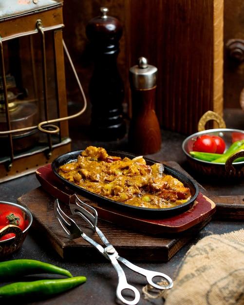 Mit gemüse und sauce gekochter rindfleischeintopf in einer gusseisernen pfanne Kostenlose Fotos